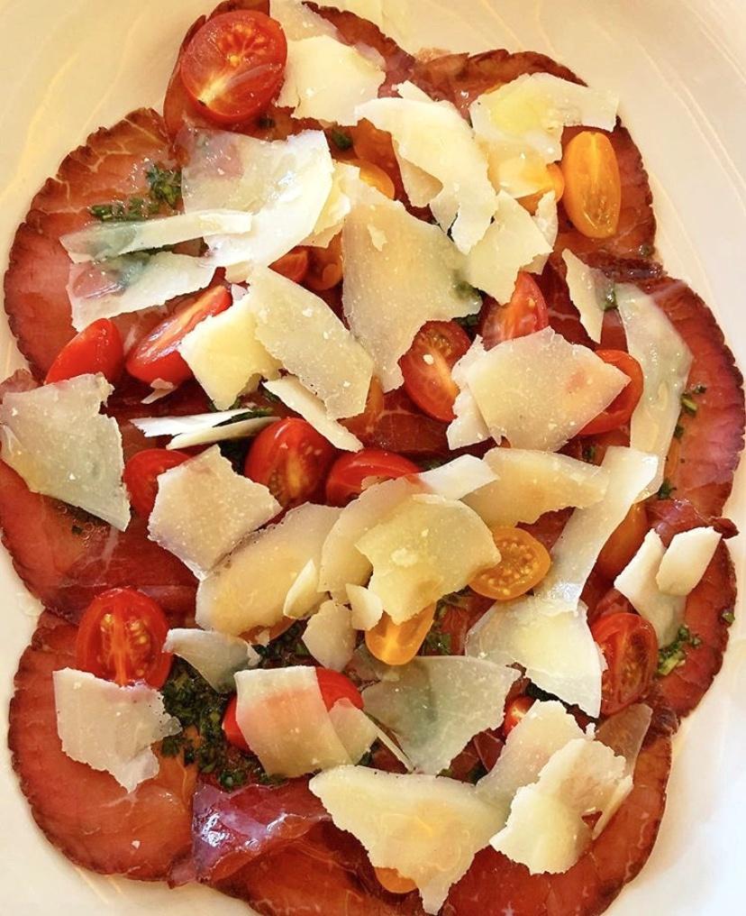 Carpaccio de bresaola con queso parmesano y jitomate